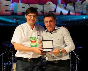 Diretor da Clealco homenageia prefeito Célio, à direita