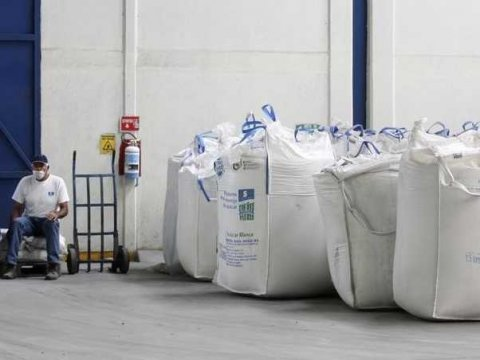 workers-sit-next-to-bags-containing-sugar-at-the-san-francisco-ameca-sugar-factory-in-the-town-of-ameca-jalisco-february-18-2011-reutersalejandro-acosta