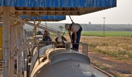 Etanol em carregamento em usina (Foto: Unica/Divulgação)