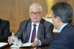 Konstantin Kamenev, cônsul da Rússia, e o governador Beto Richa, em Curitiba (Foto: Arnaldo Alves / ANPr)
