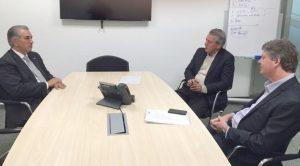 Azambuja, governador do MS (à esquerda), e executivos da Eldorado: investimento (Foto: Divulgação)
